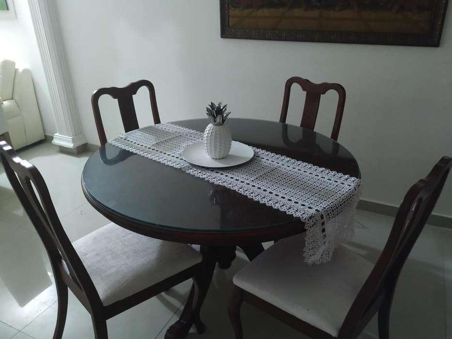 Se vende <strong>comedor</strong> de madera de cedro con sus 4 sillas.