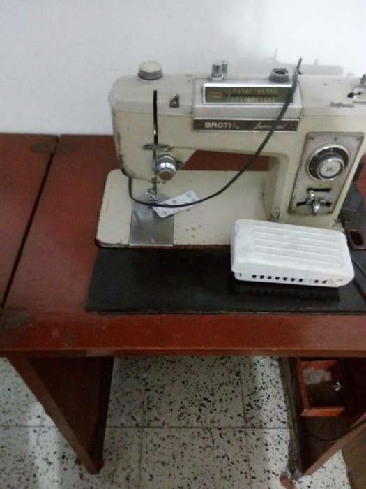 Maquina de Coser Brother con Mueble Meta