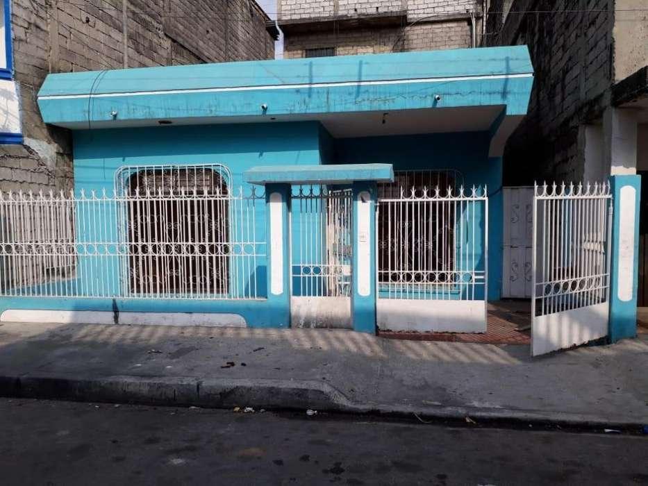 Vendo casa a una cuadra del Gran Aki de Av Domingo Comin al sur de Guayaquil