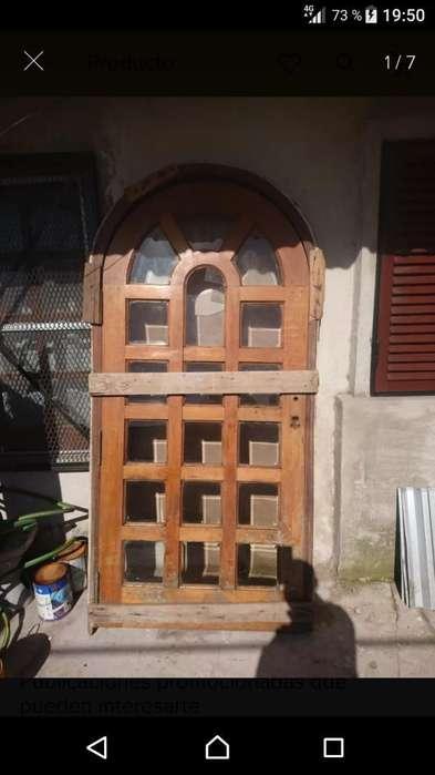 Puerta de Madera con Vidrio Repartido