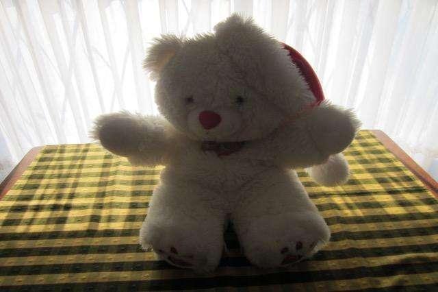Oso de peluche blanco, con gorro de Papá Noel de 45 cm, excelente calidad!!!, impecable estado!