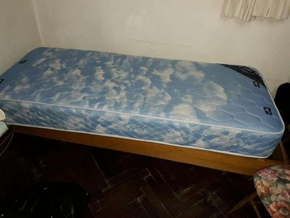 Dos camas antiguas con colchón