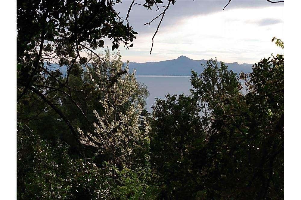 Terreno con ubicación privilegiada y vista al lago