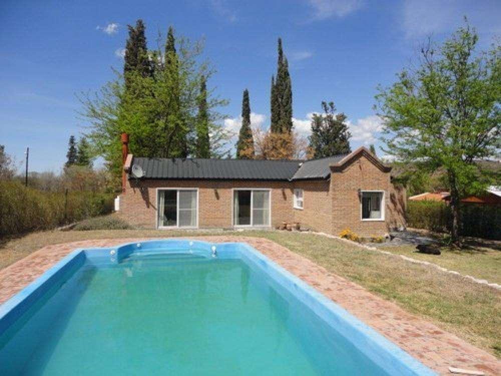 jm47 - Casa para 4 a 8 personas con pileta y cochera en Valle Hermoso