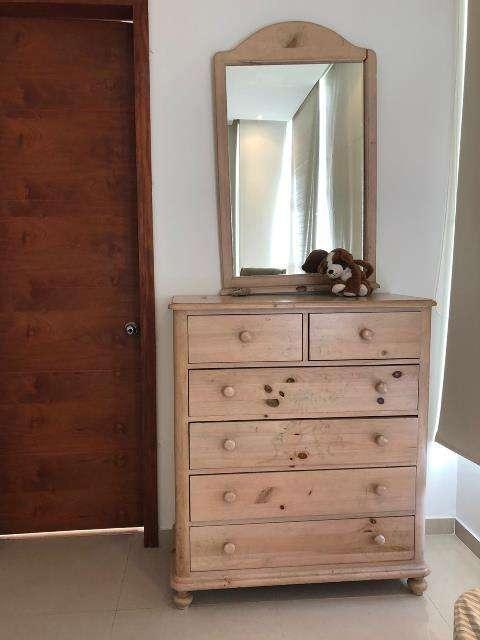 Mueble cajonero con espejo