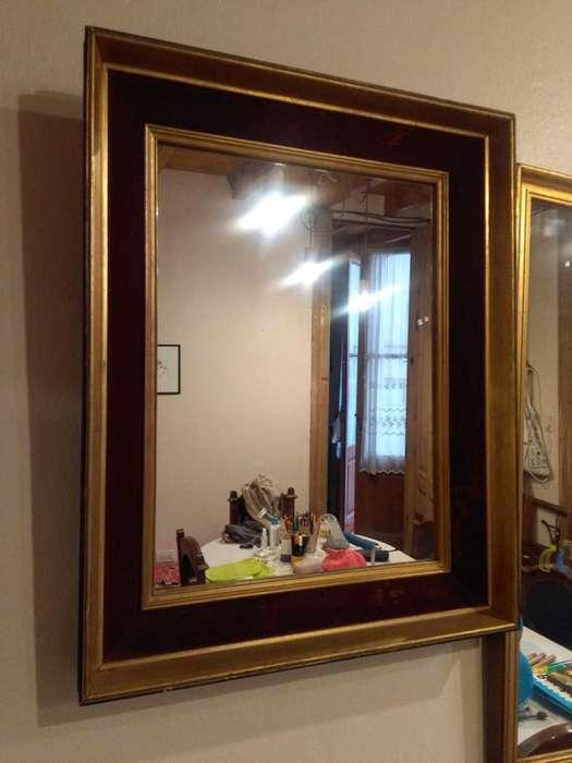 <strong>espejo</strong> con marco dorado y de terciopelo.