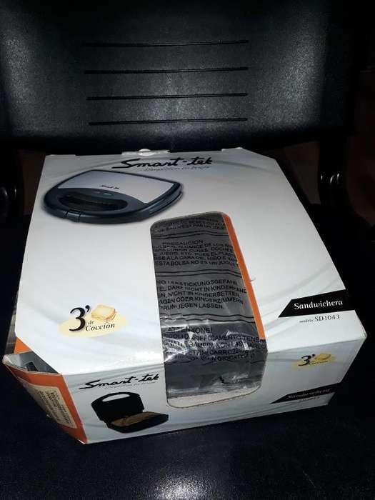 Vendo Sandwichera Smarttek. Nueva.