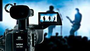 jóvenes practicantes de comunicación audiovisuales