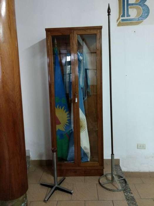 <strong>vitrina</strong> con Banderas de Ceremonia
