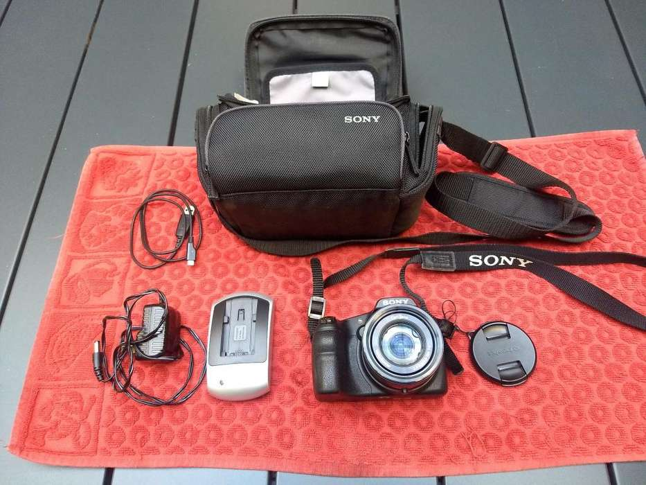 SONY CYBER SHOT DSC-HX 200 V -STILL DIGITAL CAMERA C/ESTUCHE ORIGINAL CABLE P/BAJAR FOTOS Y CARGADOR DE BATERIA