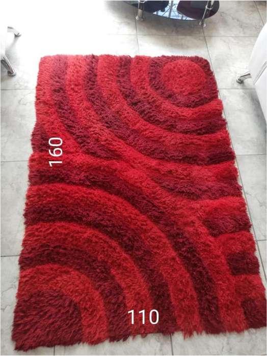 Tapete rojo con cojines