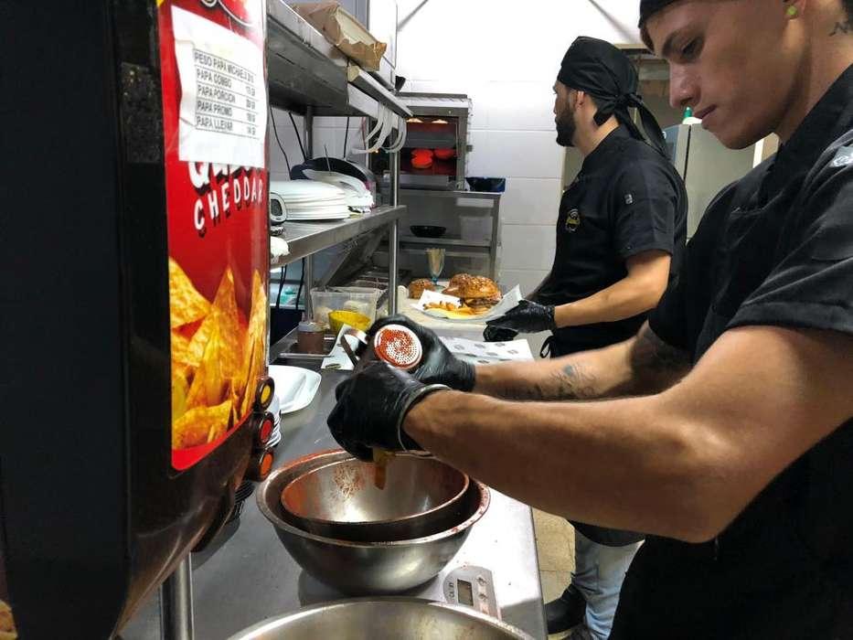 Tenemos vacantes para cocineros con experiencia.