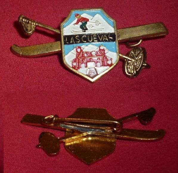 HERMOSO Pin Distintivo TURISTICO RECUERDO DE LAS CUEVAS MENDOZA SKI 1970s ESQUIES