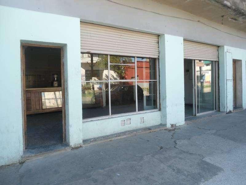 Local comercial, con doble vidriera en Villa Dominico