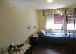 En venta casa a cuadras de la peatonal, cuatro dormitorios, dos baños , cochera , patio terraza