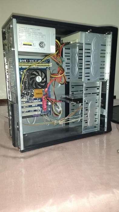 Computadora de escritorio CPU usada.