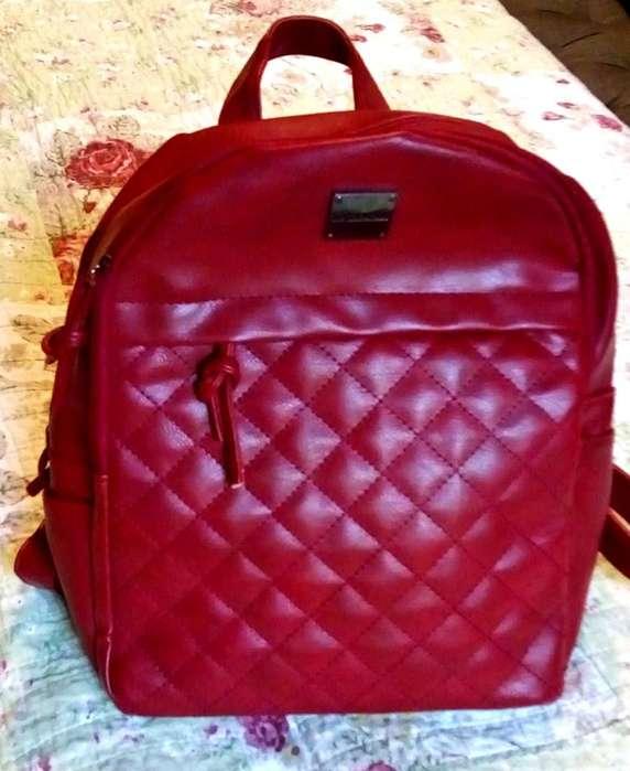 mochila roja de mujer