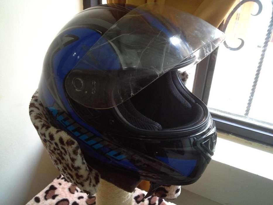 Casco cerrado para motociclista que cumple norma técnica