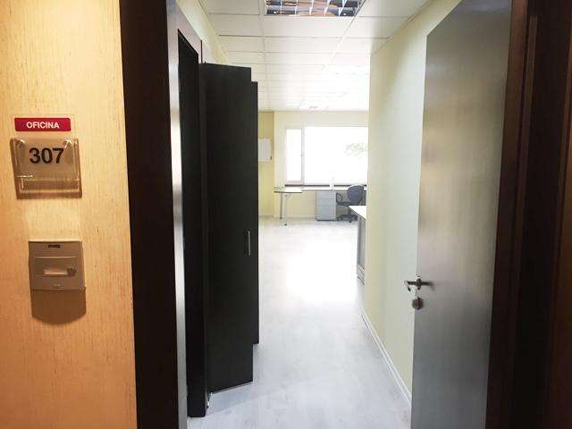 Vendo oficina de 86 m. <strong>edificio</strong> Royal Business, recibo auto usado, sector Hotel Marriott, Diego de Almagro y La Niña