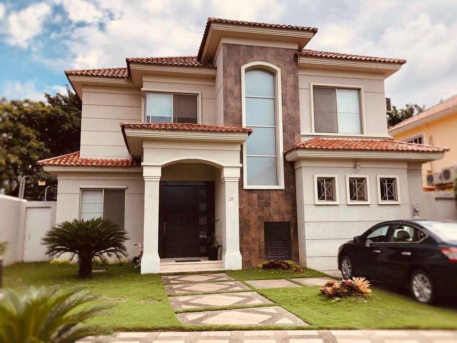 Casa en venta en <strong>estancia</strong>s del Río Samborondón, cerca de Plaza Batán