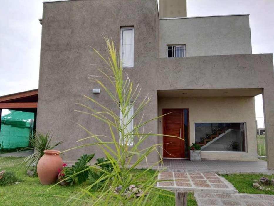 Casa moderna de 2 plantas , diseño estilo Minimalista en Barrio perimetrado