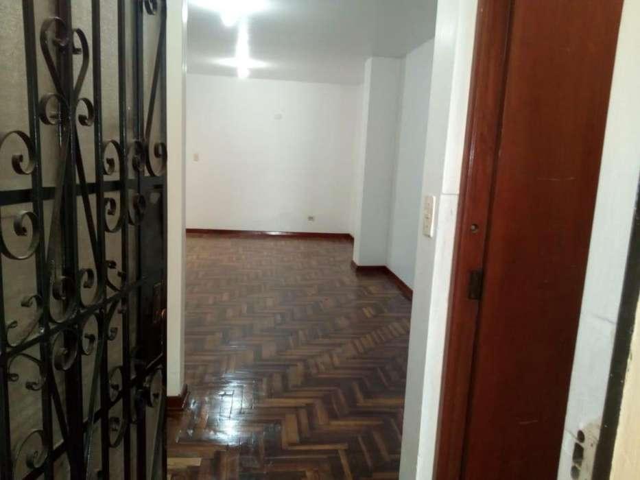 Venta de departamento en primer piso de 128m2 urbanizacion El Pinar Comas