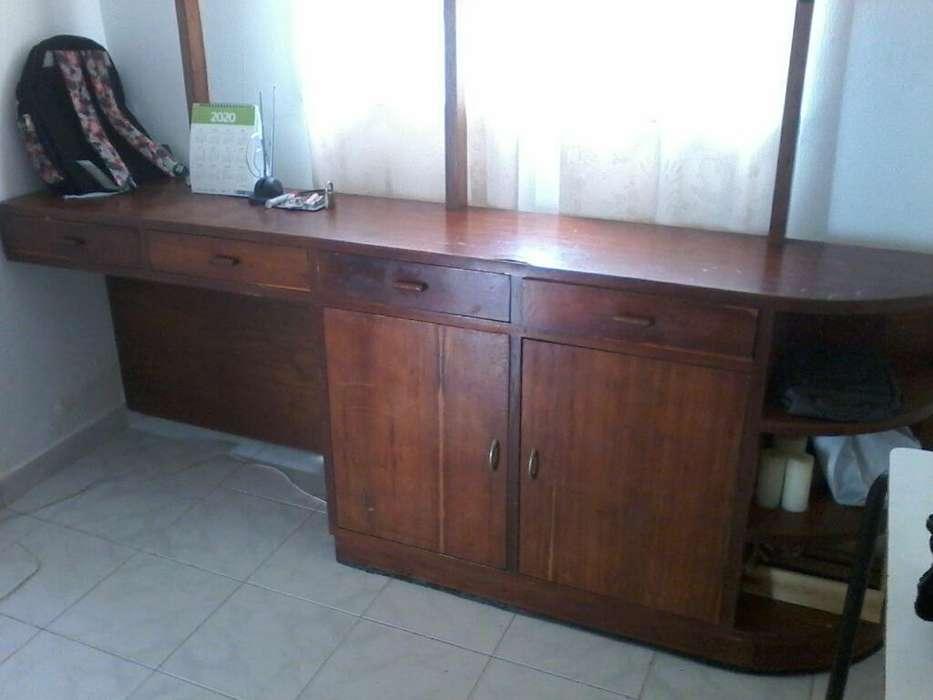 Se Vende Mueble en Cedro con Decoracione