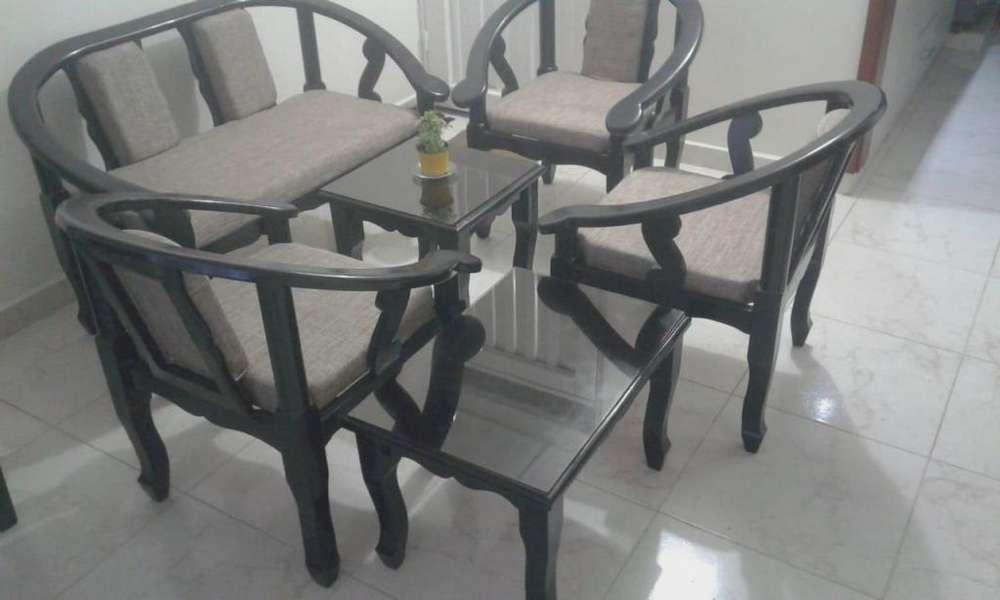 Sala de 5 puestos y <strong>mesa</strong> de centro
