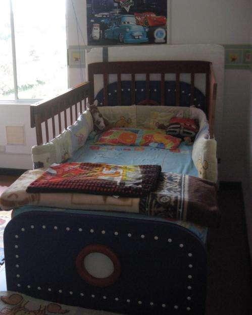 Hermosa cama sencilla para niño