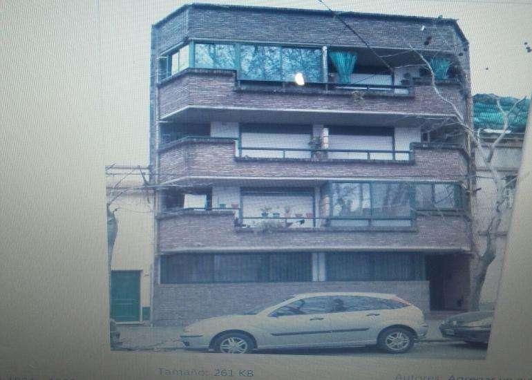 Departamento de un dormitorio con balcón cerrado al frente, tercer piso por escalera, cocina independiente.