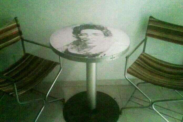 Mesa pequeña y dos <strong>silla</strong>s