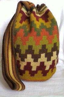 Bolso tejido, mochila wayuu hecha a mano, con diseño geométrico