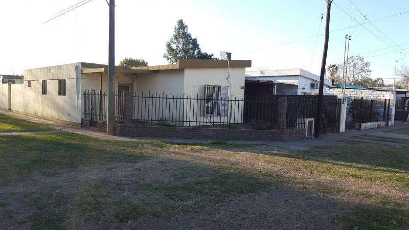 Venta casa en V.Constitución 3 dormitorios, 2 baños y patio c/golponcito.