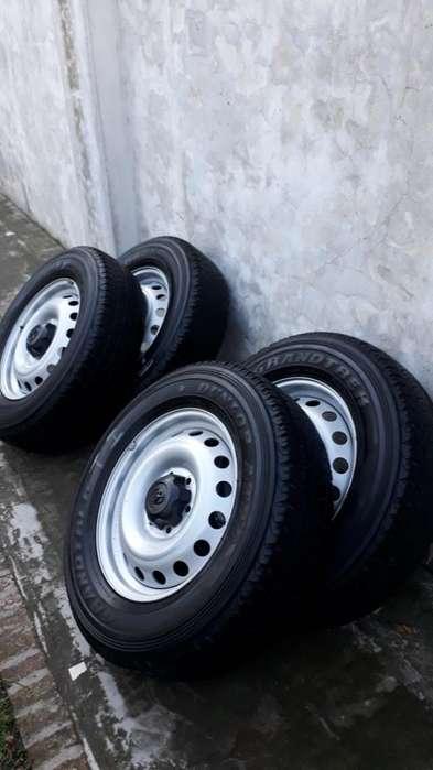 4 ruedas de chapa y cubiertas deToyota Hilux Originales 1722570