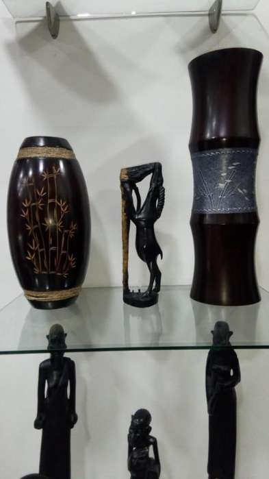 Se venden jarrones africanos en madera