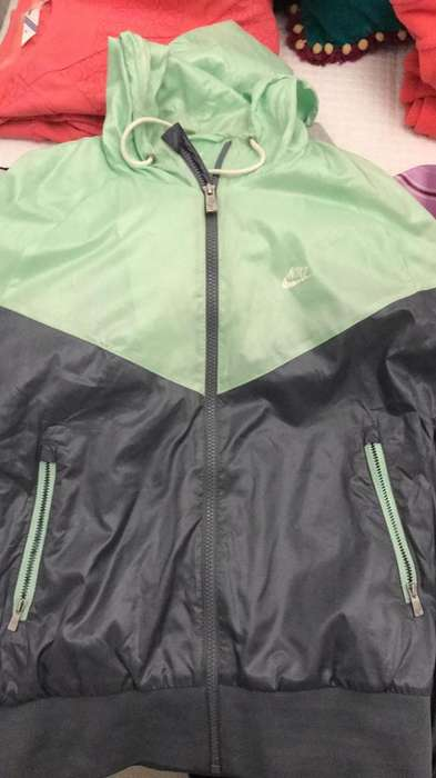 Campera Nike Impermeable Talle M sin Uso