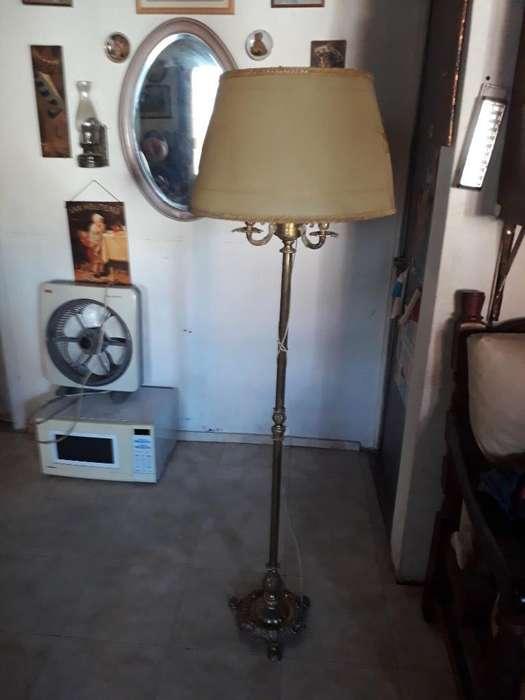 Lámpara de Pie Antigua de Bronce Labrada