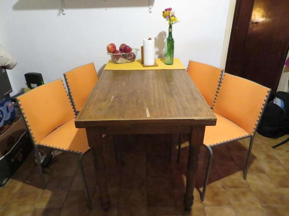 Mesa de madera y 4 sillas de plástico y metal