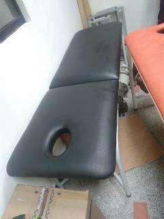 camillas, sillas sala de espera y canecas varios tamaños rojas , verdes y grises