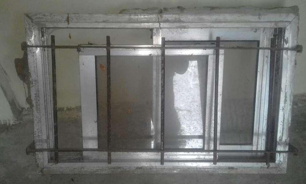 Ventana con Reja de 50 X 80 de <strong>aluminio</strong>.