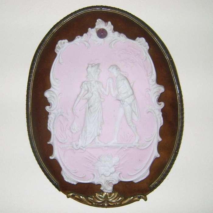 Antigua Plaqueta Biscuit de porcelana sobre pana / Maxim Nord