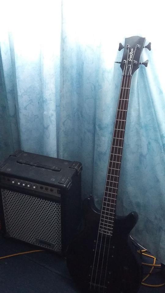 Bajo Japones Grass Roots y amplificador de bajo Washburn bad dog