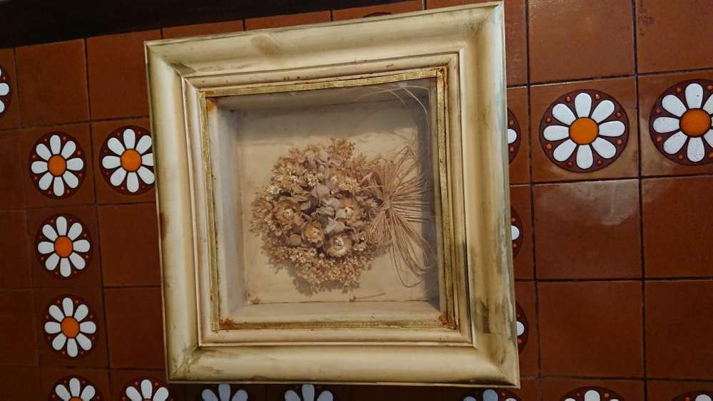 Hermoso cuadro tipo cajón de flores secas madera patinada medida 38 x 38 cm