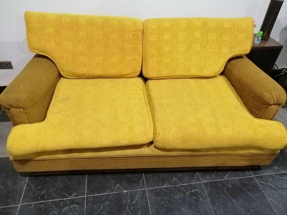 Bonito sofá en buen estado