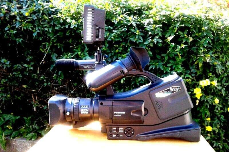 Camara <strong>panasonic</strong> 10000, cabezal nuevo, 2 baterias con cargador,Iluminador HD-170 con zapata y tripode Takara tv 2595 lxs