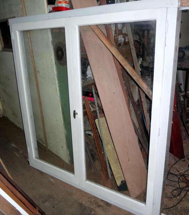ventanal hojas de cedro , marco de madera dura