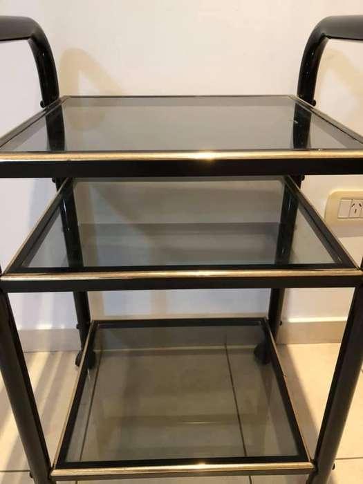 Vendo mesa de hierro y vidrio, tiene 70 de alto x 50 de ancho, soporta un tv apoyado