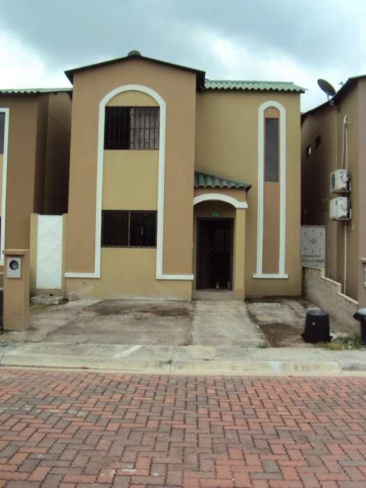 Amplia casa de alquiler en Urbanización La Joya.