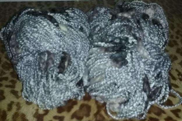 280 gr de lana con boucle gris plata con negro y blanco 2 madejas