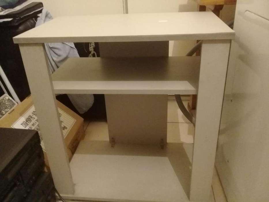 Mesa chica color gris con estante